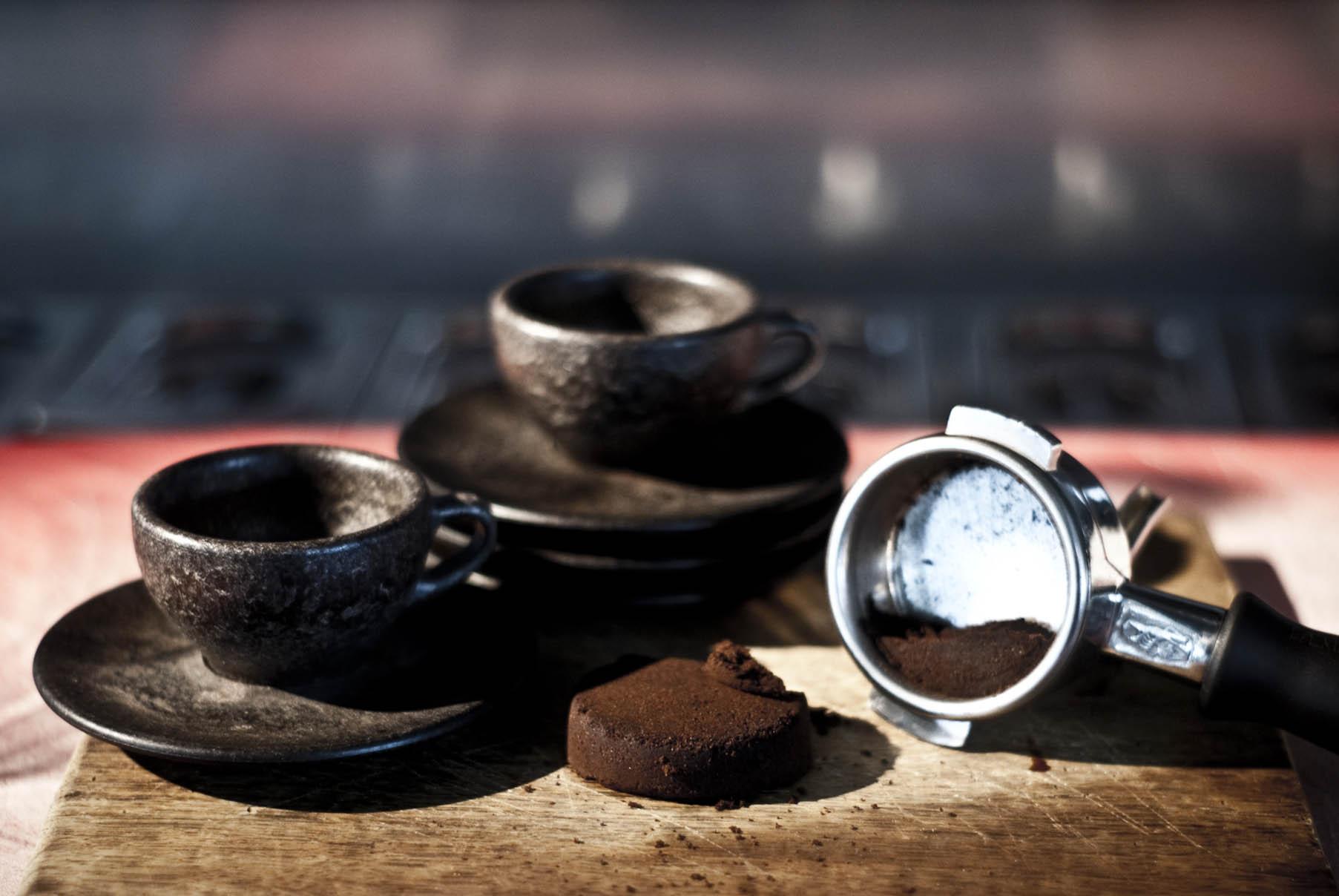Des tasses à café réalisés à partir de fèves de café recyclés