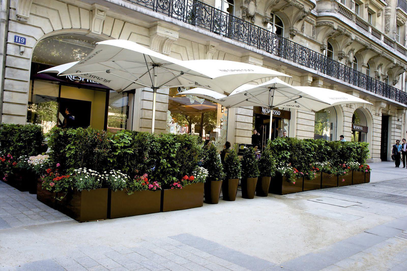 Une terrasse éphémère Nespresso sur les Champs Elysées