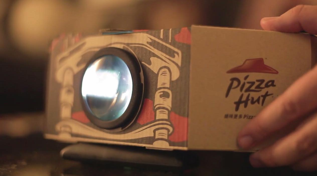 Pizza Hut invente la boîte à Pizza qui se transforme en vidéo projecteur