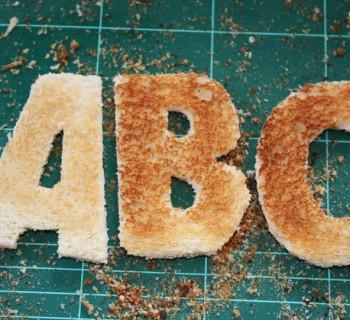"""Elle réinvente la célèbre typographie """"Futura"""" sur du pain grillé !"""