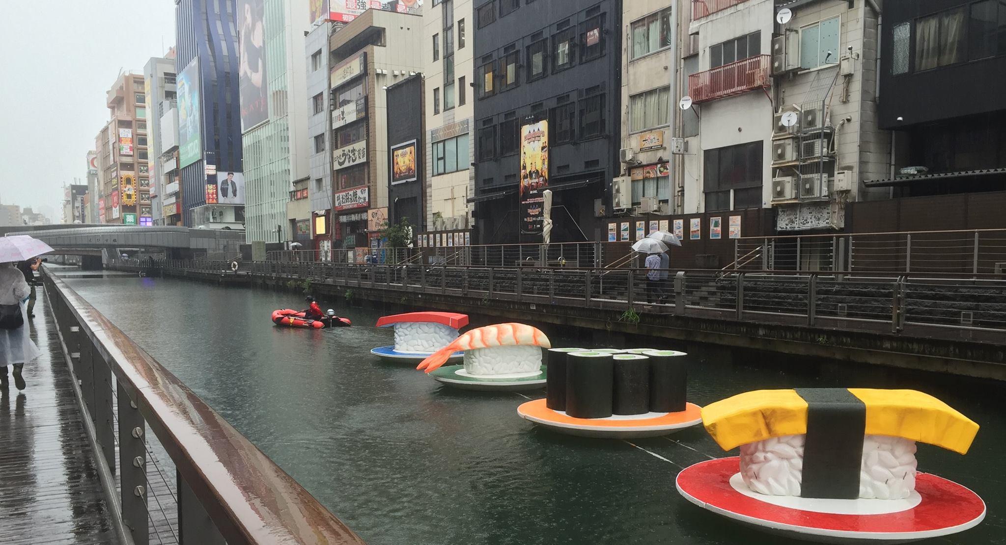 Une rivière se transforme en plateforme pour sushis géants