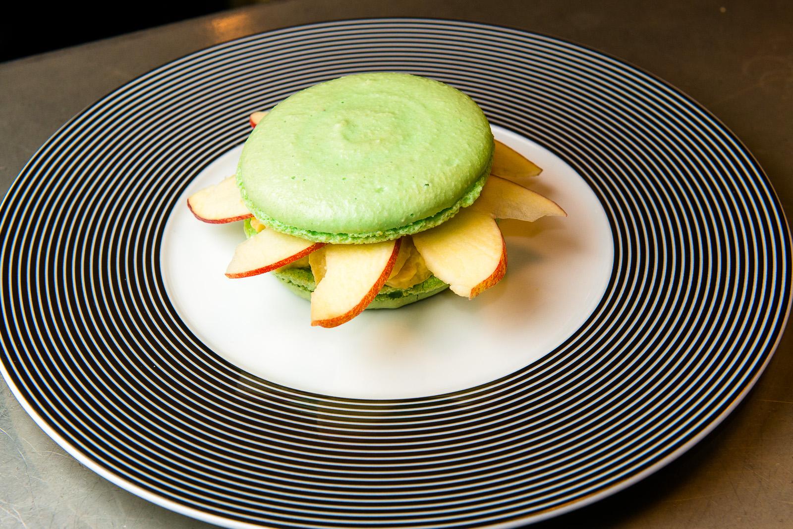 AFMR-La Brigade des Blogueurs. Les desserts.Pauline - FOOD GEEK AND LOVE : macaron amande saveur pomme et pain d'épice.